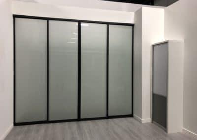 Portes coulissantes avec verre givre et cadrage noir mat