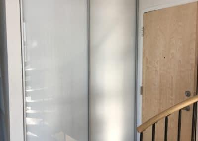 Portes de placard verre extra clair blanc avec cadrage en aluminium