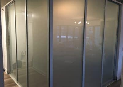 murs coulissants en verre givré et cadrage en aluminium