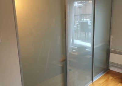 portes coulissantes avec verre givré pour escalier