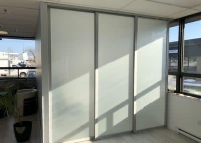 portes coulissantes de bureau avec verre givré et rails triples