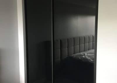 portes coulissantes de placard avec verre noir et cadrage noir mat