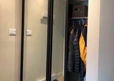 portes coulissantes en miroir avec cadrage noir mat