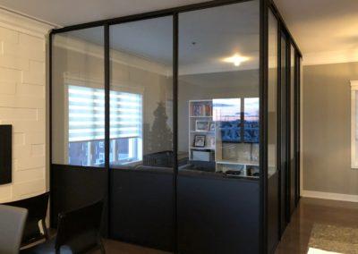 portes coulissantes en verre transparent et melamine noire