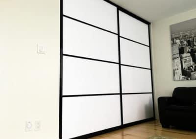 portes coulissantes modernes blanches avec cadrage noir