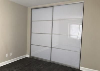 portes de placard en acrylique blanc avec sections