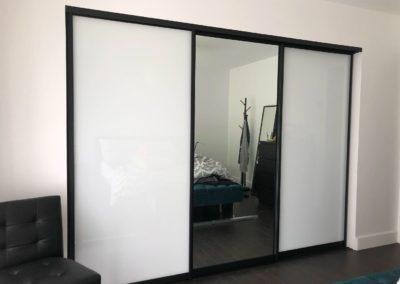 portes de placard verre extra clair blanc et miroir avec cadrage noir