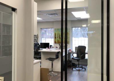 portes separateurs de bureaux avec verre transparent et cadrage noir lustre